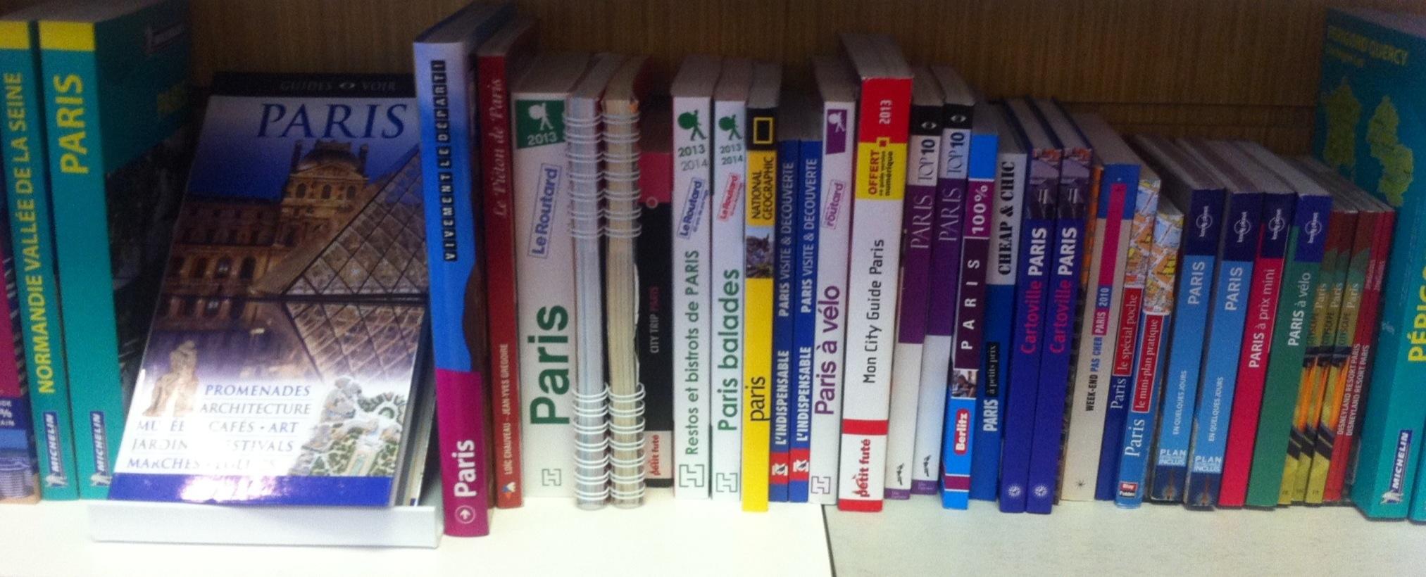 Rayon des guides de Paris à la librairie duCAA